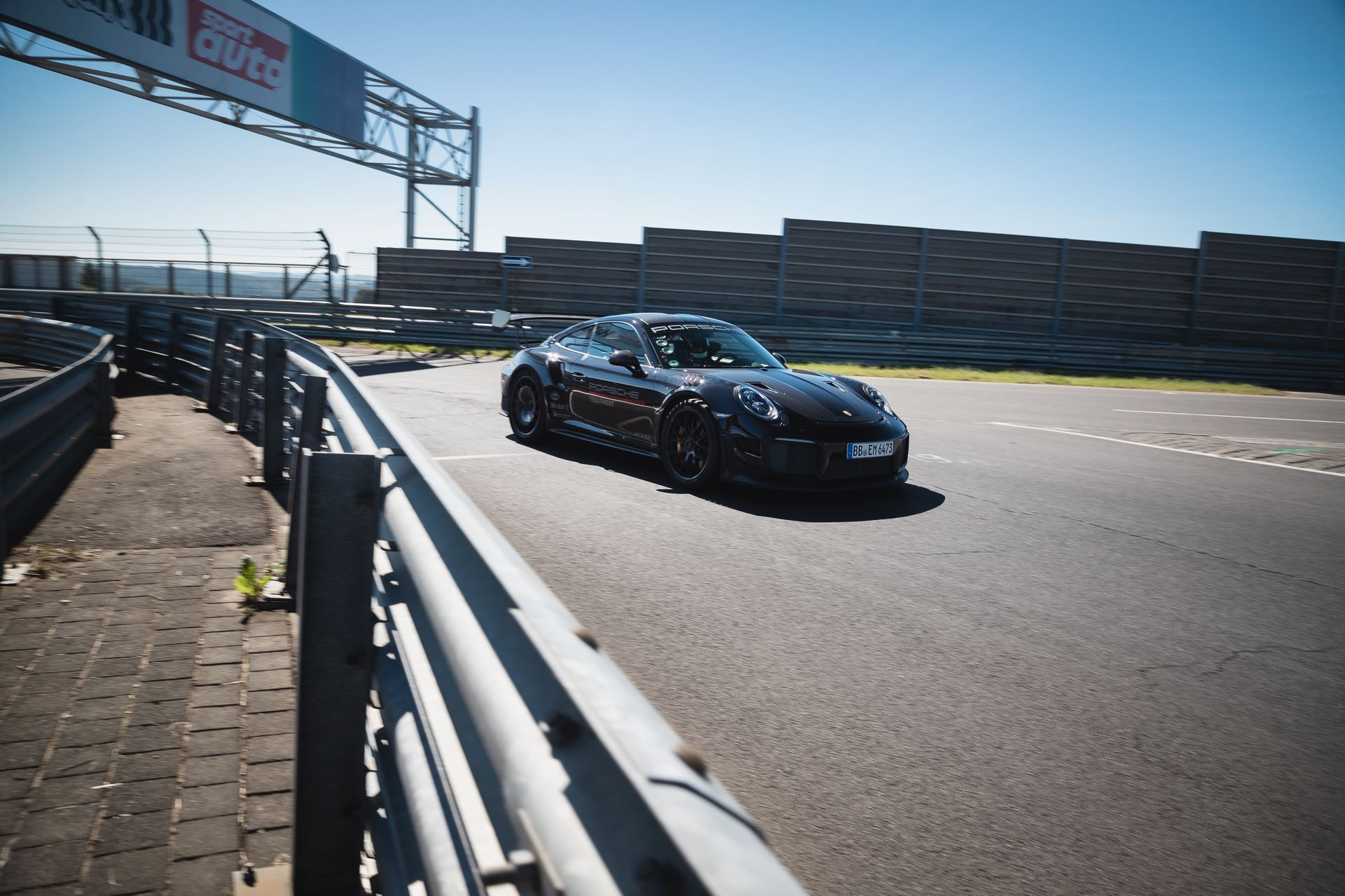 Porsche-911-GT2-RS-Manthey-Performance-Kit-Nurburgring-Record-6