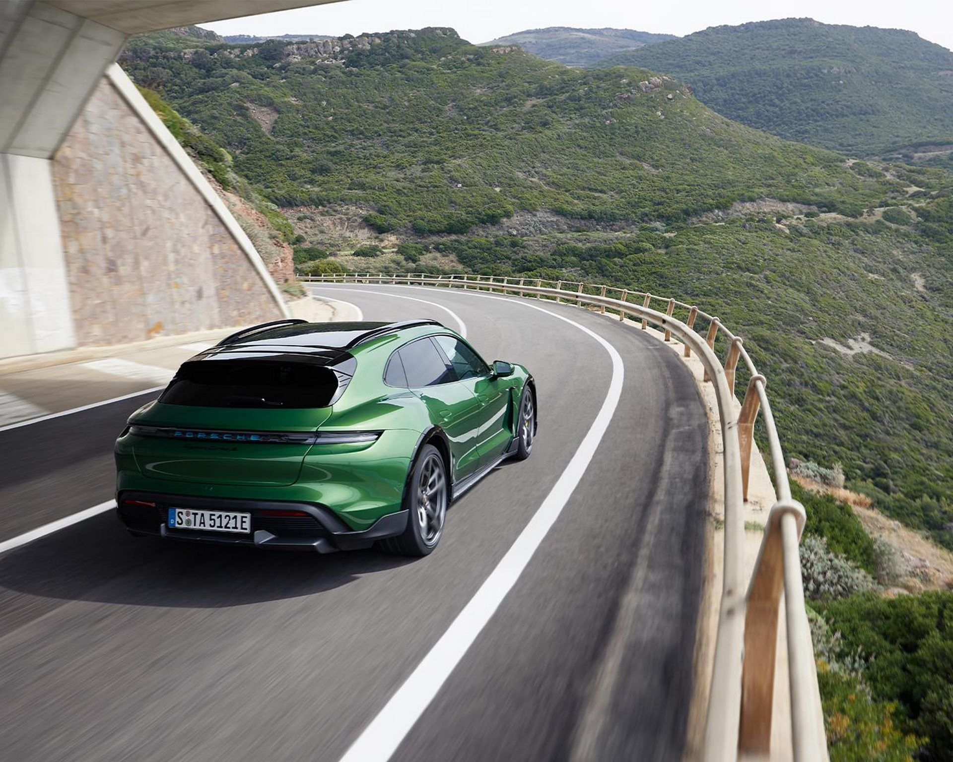 Porsche-Taycan-Cross-Turismo-23