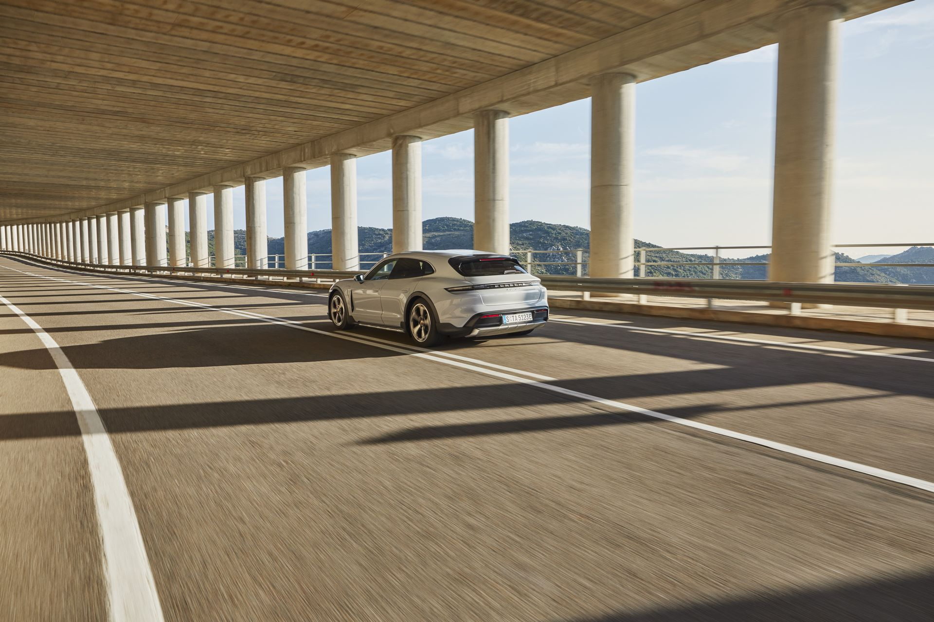 Porsche-Taycan-Cross-Turismo-32