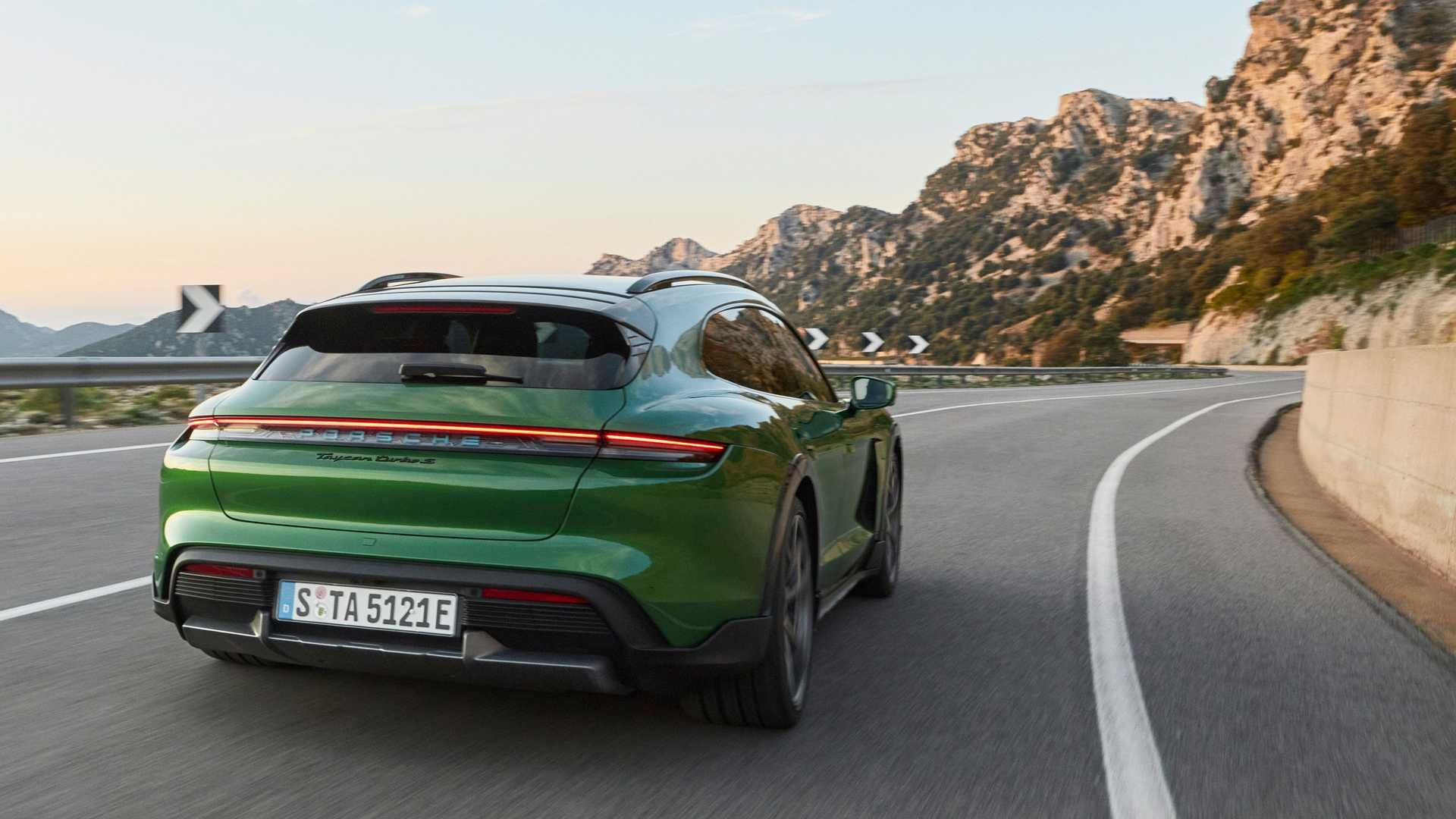 Porsche-Taycan-Cross-Turismo-9