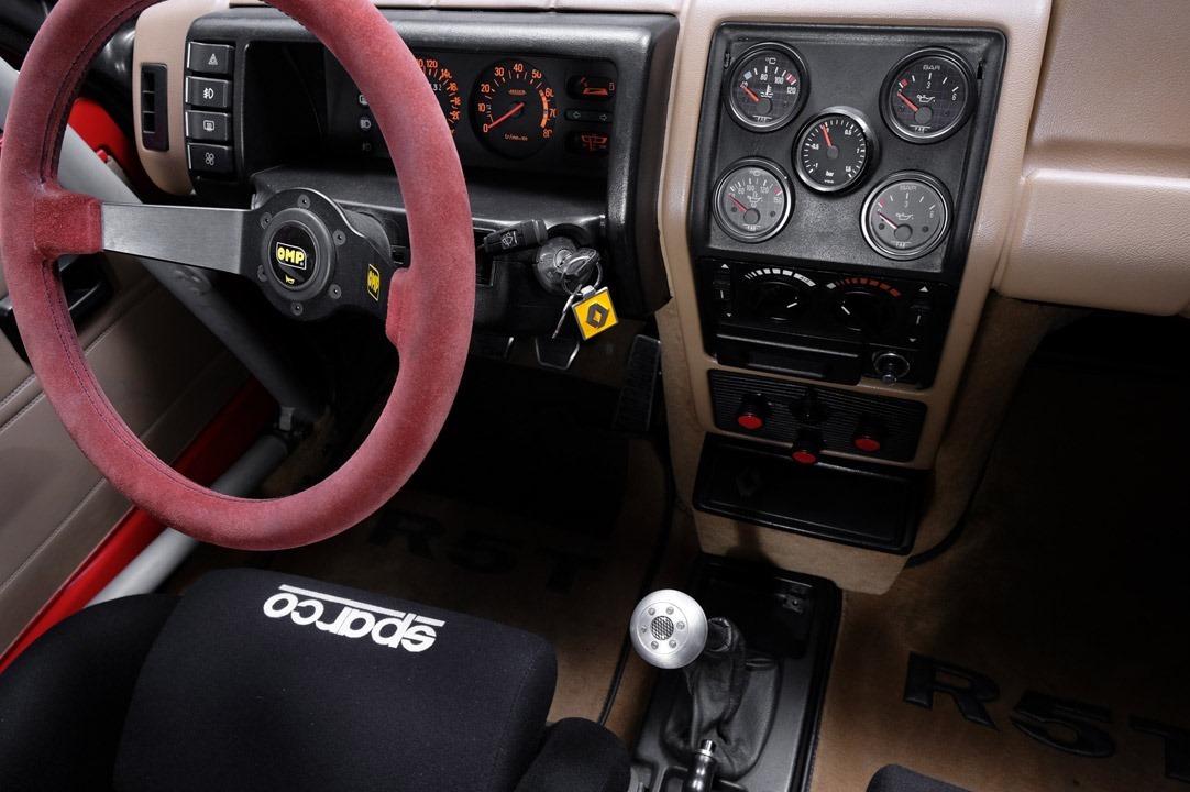 Renault_R5_Turbo_II_Maxi_look-0007