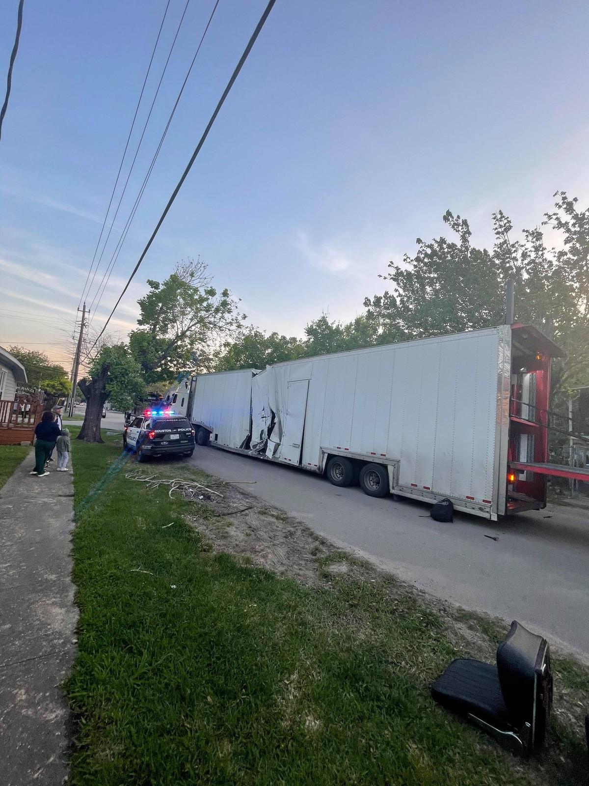 Train_Crashes_Truck_Ferrari_SF90-0002