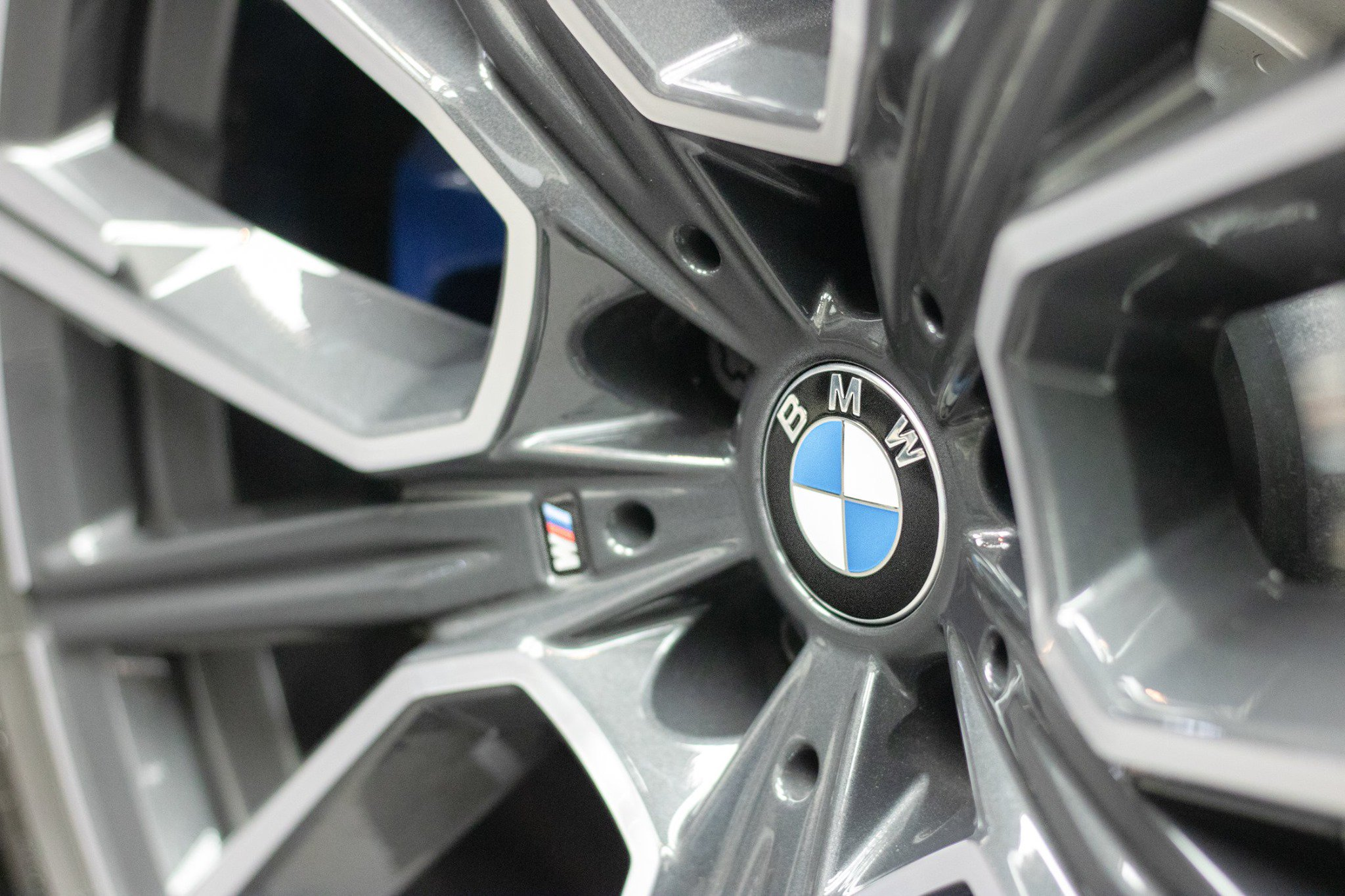 BMW-M760Li-xDrive-Atlantis-Blue-18