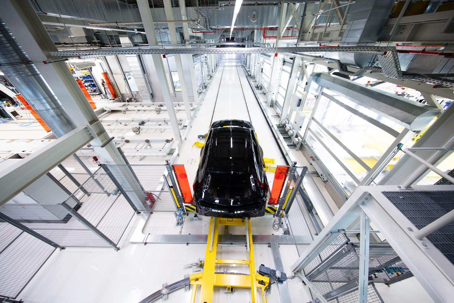 Lamborghini-new-Urus-Paint-shop-10