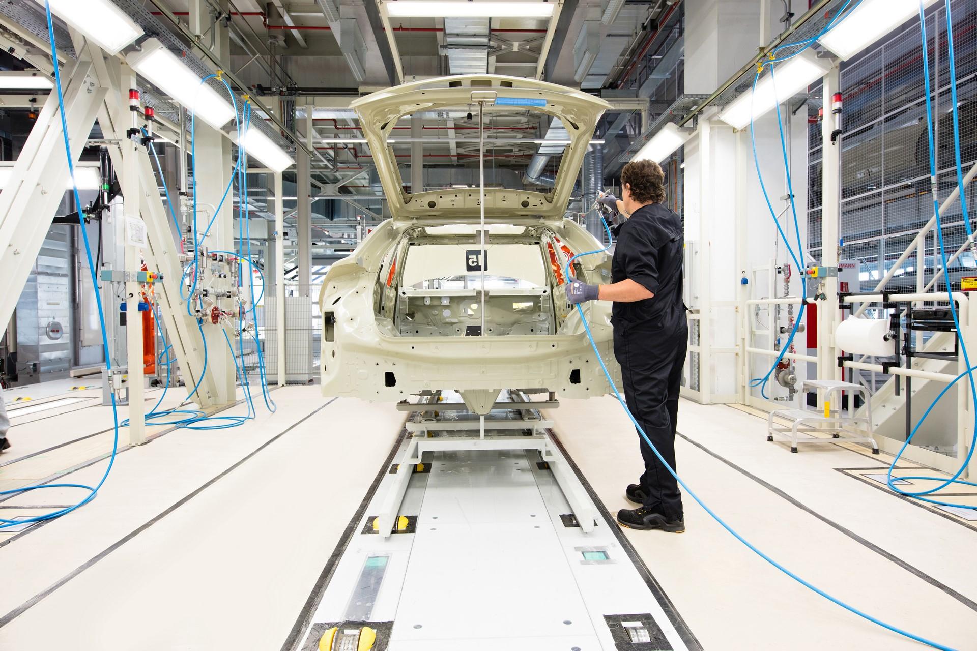 Lamborghini-new-Urus-Paint-shop-8