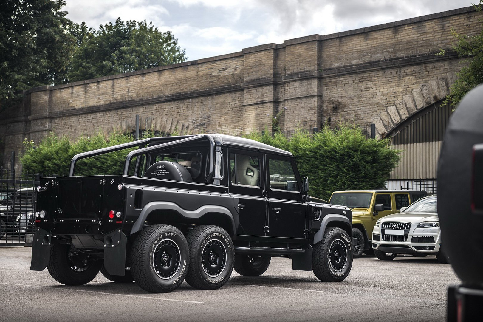 Land-Rover-Defender-Flying-Huntsman-6×6-3