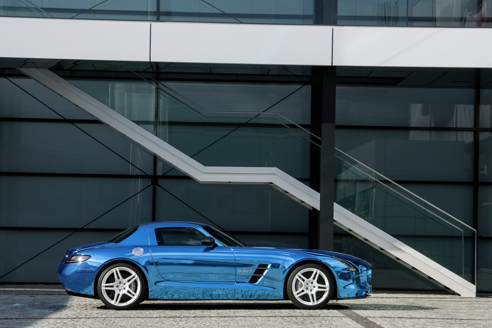 http://www.autoblog.gr/wp-content/gallery/mercedes-sls-amg-electric-drive/mercedes-sls-amg-electric-drive-25.jpg