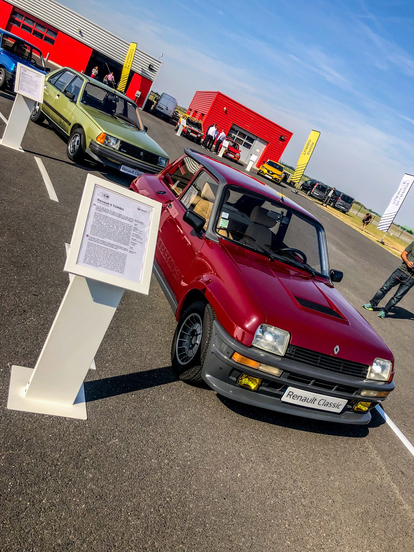 Renault_brand_bath_days_0000