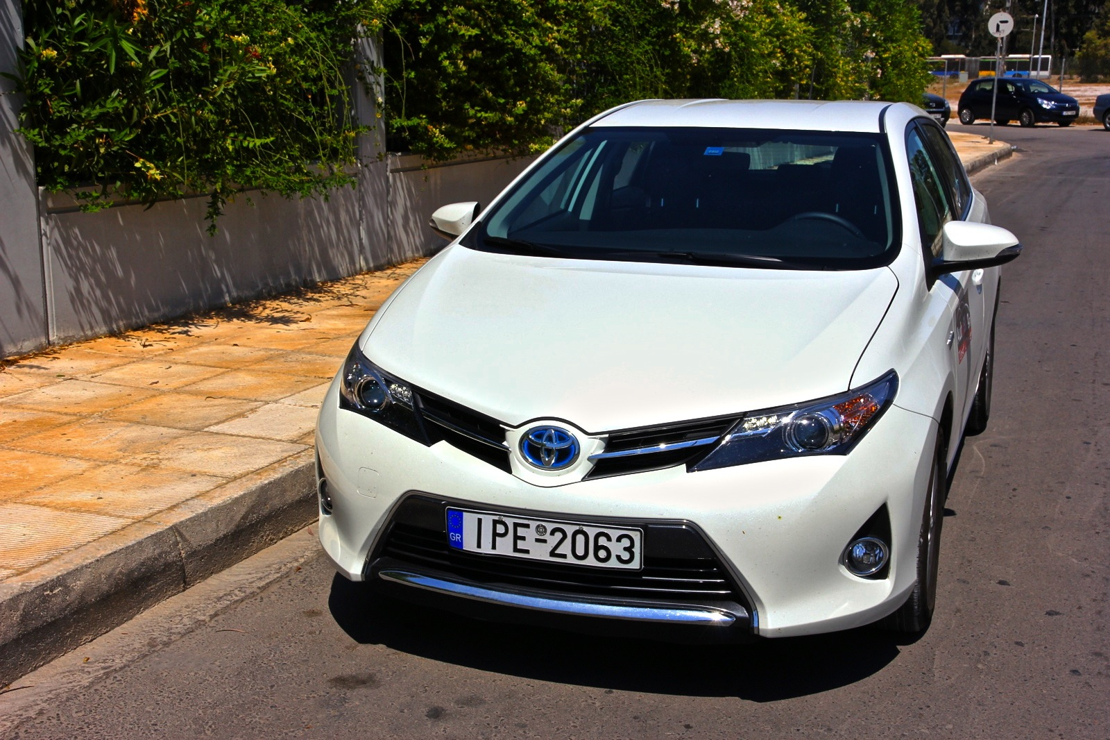 test drive toyota auris hybrid. Black Bedroom Furniture Sets. Home Design Ideas