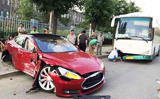 Models S crash 01 Αυτό πρέπει να είναι το γρηγορότερο ατύχημα που έχει συμβεί ποτέ
