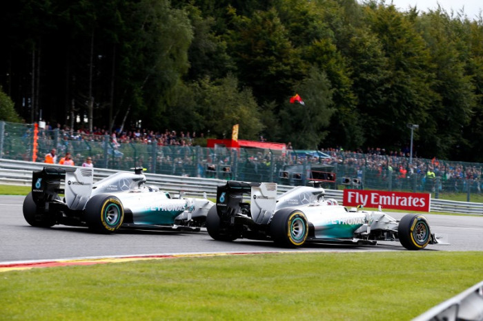 Hamilton Rosberg 700x466 Hamilton: Ο Rosberg είπε ότι με χτύπησε επίτηδες. Mercedes: Απαράδεκτος ο Rosberg