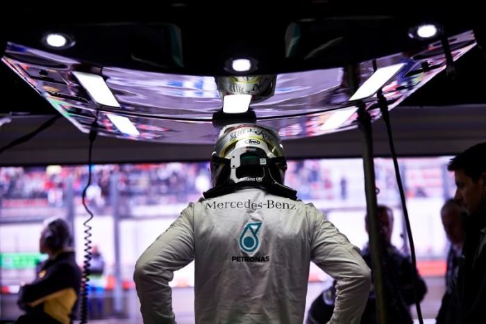 Lewis Hamilton2 700x466 Hamilton: Ο Rosberg είπε ότι με χτύπησε επίτηδες. Mercedes: Απαράδεκτος ο Rosberg