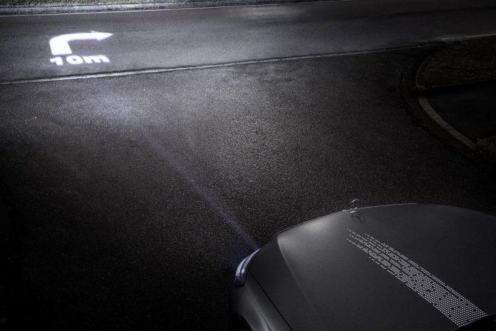 DIGITAL LIGHT: Mit der neuen HD-Scheinwerfergeneration von Mercedes-Benz lassen sich im Zusammenspiel mit dem Navigationssystem auch Richtungspfeile zur Routenführung auf die Straße projizieren. ; DIGITAL LIGHT: The new HD headlamp generation from Mercedes-Benz, working in combination with the navigation system, can also project direction arrows onto the road surface, to aid navigation. ;